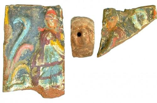 Fig. 2. Plaque en terre cuite (h. 14,5 ; l. 29,5 cm) complément décoratif de l'atrium de la Protocasa del Granduca Michele (VI,5,5) de Pompéi au IIe s. av. J.-C. (cliché D. D'Auria).