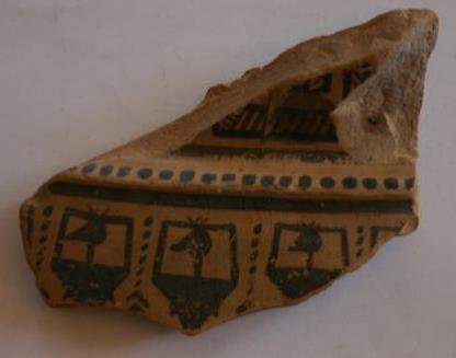 Figure 1 : N°5. Fragment.  Date : GR Ib (750-735).  Fabrication : Attique. Provenance : Dipylon, fouilles de 1871. H. 7; l. 11, 5. Argile beige orangé. Décor en peinture noire. Attribué au Peintre de Hirschfeld par J.N. Coldstream. http://agias.huma-num.fr    onglet « base de données »